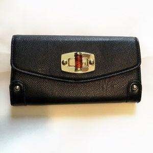 Wallet with twist lock